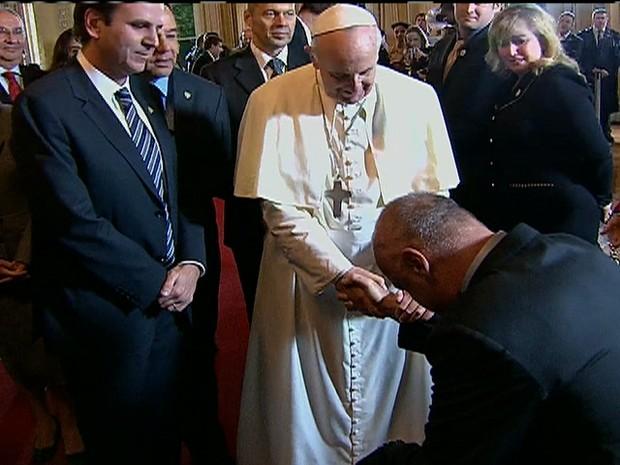 Papa Francisco abençoa o atleta Oscar Schmidt (Foto: Reprodução GloboNews)