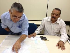 Líderes do movimento Pró-BR-010 mostram no mapa trechos da rodovia que precisam de obras (Foto: Jesana de Jesus/G1)
