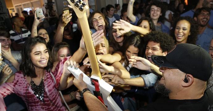 O elenco foi à loucura com a apresentação dos roqueiros (Foto: Ellen Soares / Gshow)