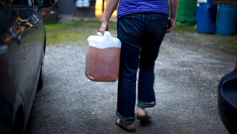 Doador de urina traz seu galão para doação (Foto: Marcin Szczepanski)
