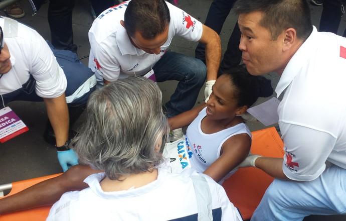 Joziane Caroso, quinta colocada na São Silvestre 2015, recebe atendimento médico (Foto: Marcos Guerra)