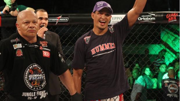 Ildemar Marajó tem o braço erguido no anúncio da vitória no Jungle (Foto: Alan Oliveira / Jungle Fight)