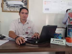 Rodrigo é consultor e diz que cheia do Rio Madeira prejudicou suas vendas (Foto: Rayssa Natani/G1)