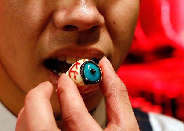 Cliente prova chocalate no formato de olho (Foto: Kim Kyung-Hoon/Reuters)