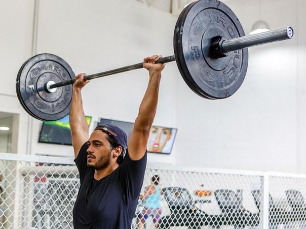 Raphael levanta peso de mais de 100Kg (Foto: Artur Meninea/Gshow)