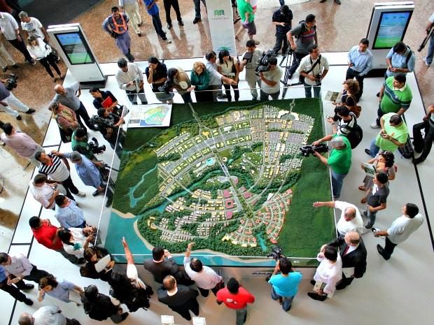 Área de shopping onde está exposta a maquete do projeto (Foto: Adneison Severiano/G1 AM)