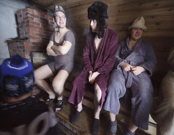 Equipe usa uma das 22 saunas que fazem parte da maratona europeia, na Estônia. (Foto: Raigo Pajula/AFP)