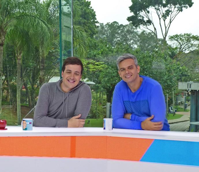 Rafael Cortez e Otaviano Costa posam na bancada do 'Vídeo Show' (Foto: Brunella Menezes / Gshow)
