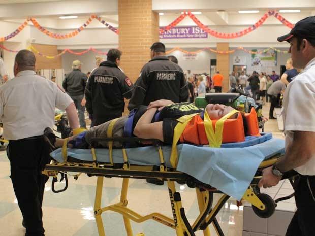 Ferido em Granbury é levado a uma ambulância. (Foto: Mike Fuentes / AP Photo)