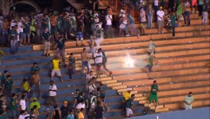 Polícia usa bomba de efeito moral para contar torcida do Goiás (Foto: Reprodução / PFC)