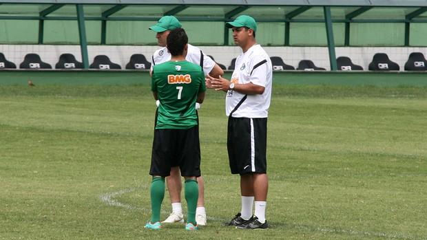 Meia Rafinha conversa demoradamente com o técnico Marquinhos Santos no Coritiba (Foto: Julia Abdul Hak / Backstage Comunicação)