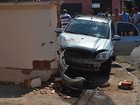 Trio suspeito de furtar carro bate em muro de casa e foge em Tupã