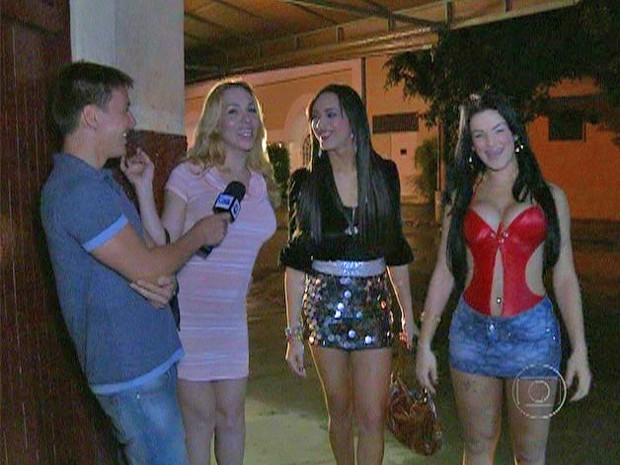 Felipe Suhre bate um papo com transexuais para descobrir curiosidades do dialeto gay (Foto: Mais Você / TV Globo)
