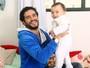 Vinícius de Oliveira comemora primeiro Dia dos Pais: 'Me viro muito bem'
