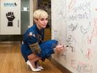 Com superfenda, Miley Cyrus quase mostra demais