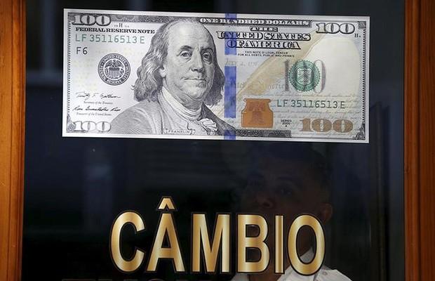 Nota de dólar vista em casa de câmbio no Rio de Janeiro (Foto: Sergio Moraes/Reuters)