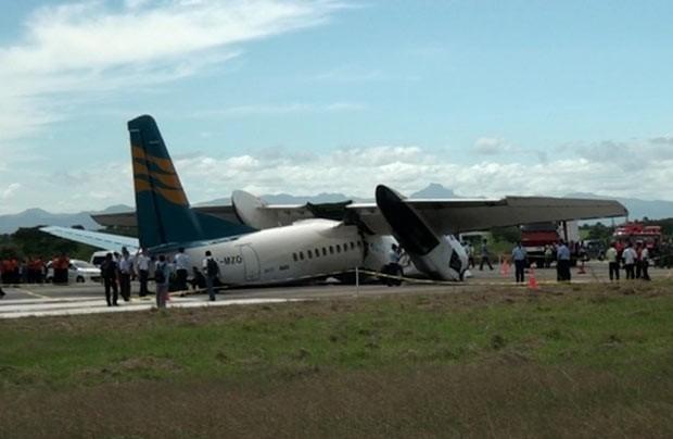 Imagem de vídeo mostra o avião após pouso de emergência nesta segunda-feira (10) em Kupang, na Indonésia (Foto: AFP)