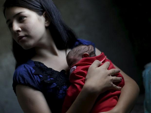 Ianka Mikaelle Barbosa, de 18 anos, com sua filha Sophia, de 18 dias, que nasceu com microcefalia  (Foto: Reuters/Ricardo Moraes)