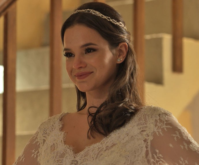 Mari surge prontíssima para o casamento e fica emocionada (Foto: TV Globo)