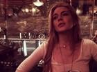 Sem sutiã, Lindsay Lohan usa camisa transparente