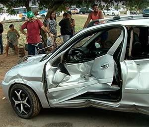 Trem colide com automóvel em bairro de Natal e motorista escapa  (Foto: Reprodução/Inter TV Cabugi)
