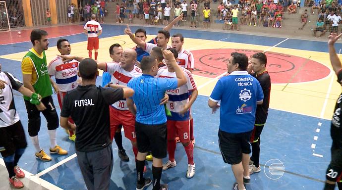 Confusão em decisão de futsal  (Foto: Reprodução/TV Clube)