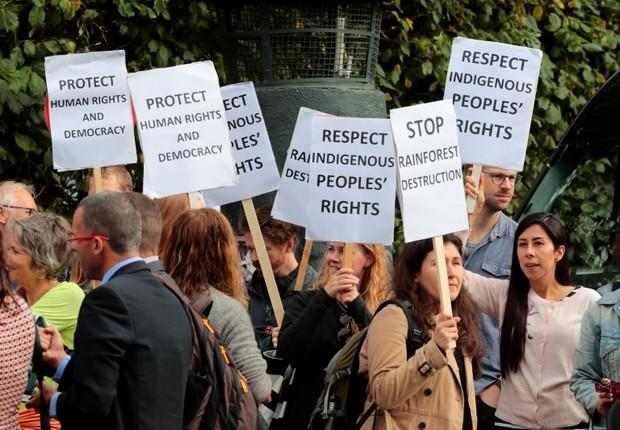 Manifestantes protestam contra desmatamento de florestas tropicais durante encontro da primeira-ministra da Noruega, Erna Solberg, com o presidente Michel Temer em Oslo (Foto: NTB Scanpix/Hakon Mosvold Larsen/via REUTERS)