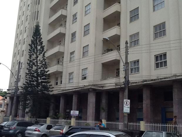 Estabelecimentos funcionam no andar térreo de prédio residencial na Urca (Foto: Cristiane Cardoso/G1)
