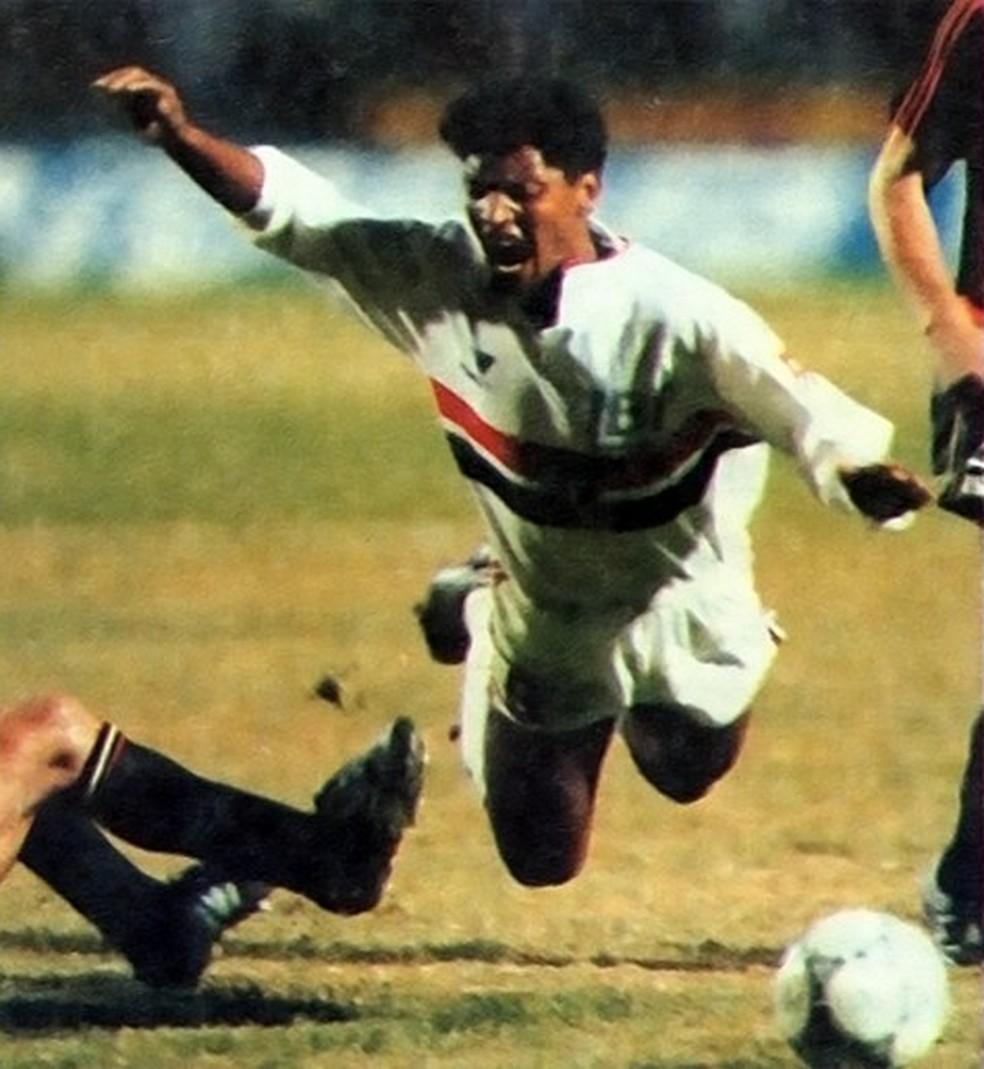 Macedo é derrubado na fina da Libertadores de 1992 (Foto: Arquivo do São Paulo Futebol Clube)