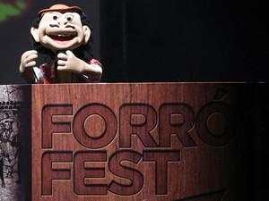 Chico Forró comandou a noite na primeira eliminatória do Forró Fest, que aconteceu em Cabedelo (Foto: Francisco França/Jornal da Paraíba)