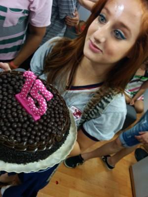 Toda feliz, ela desfilou com seu bolo, que marca sua nova idade: 15 anos (Foto: Arquivo Pessoal)