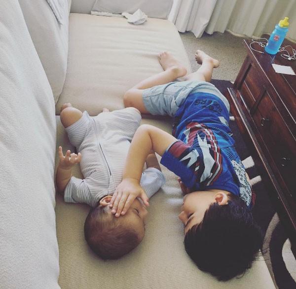 Thomas Blanksby, de 11 meses, e o irmão Kuya, de 4 anos (Foto: Reprodução Instagram)