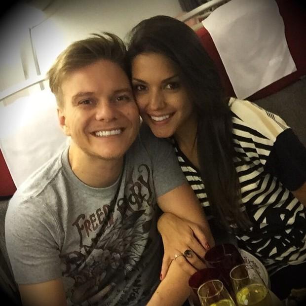 Thais Fersoza e Michel Teló posam dentro de avião (Foto: Instagram/ Reprodução)