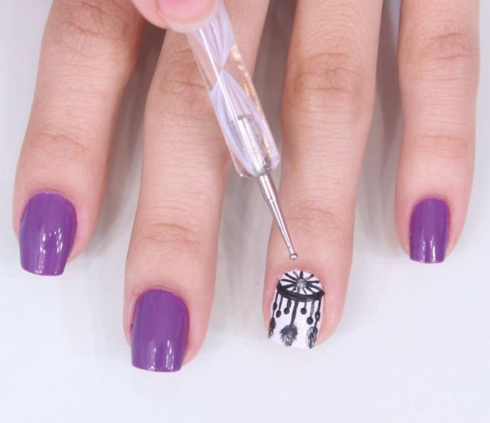 Com um esmalte de glitter faça uma bolinha no meio do asterisco e finalize passando um extra brilho. (Foto: Arquivo Pessoal)