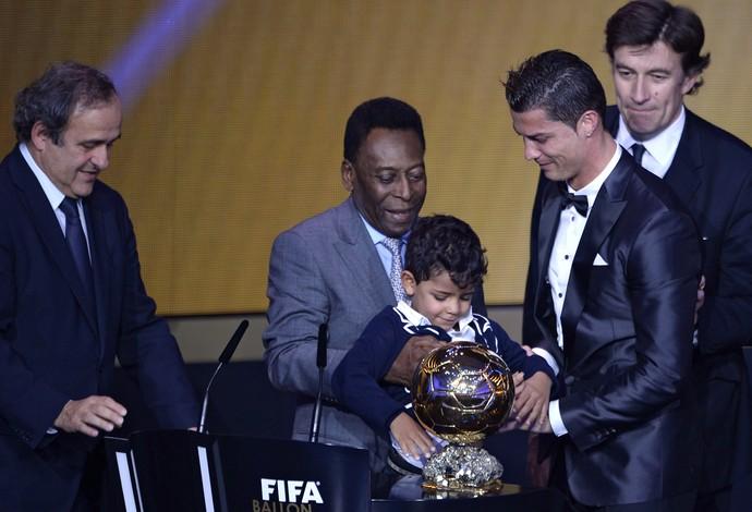 Pele e filho do Cristiano Ronaldo, bola de outro da FIFA (Foto: AFP)