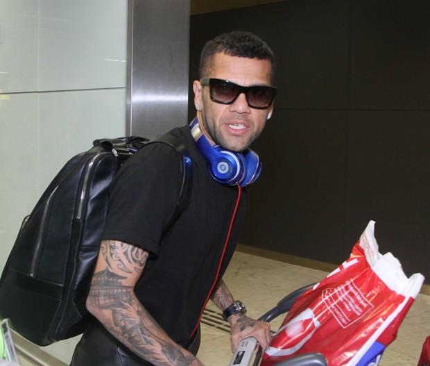 Daniel Alves desembarca no Brasil (Foto: Thiago Duran/AgNews)