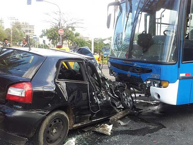 Carro bate contra ônibus na Avenida das Amoreiras, em Campinas (Foto: Fernando Pacífico/ G1 Campinas)