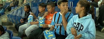 Apesar da derrota, crianças vibram em primeira vez na Arena do Grêmio