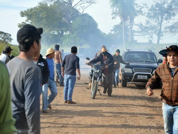 Ao fundo, tropa de choque da Polícia Militar faz barreira (Foto: Tatiane Queiroz/G1 MS)