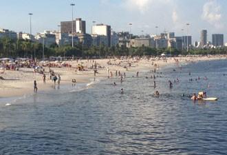 Canto direito da Praia do Flamengo tem deságue permanente de esgoto (Foto: Daniel Silveira / G1)