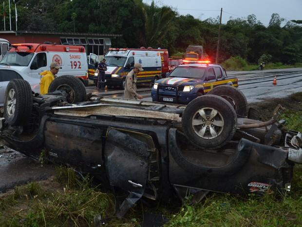 Uma caminhonete Hilux capotou no trecho do km 6 da BR 101, no município do Conde, litoral sul da Paraíba, por volta das 16h deste domingo (14). De acordo com informações preliminares do Corpo de Bombeiros, o veículo pode ter derrapado por conta de uma aquaplanagem, já que a pista estava molhada em decorrência das fortes chuvas que caíram na tarde. Segundo o tenente bombeiro Antônio, as cinco pessoas que vinham dentro do veículo foram socorridas, estavam conscientes e orientadas, mas foram removidas para o Hospital de Trauma de João Pessoa. (Foto: Walter Paparazzo/G1-PB)