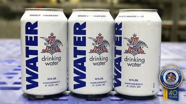 Latas brancas da cervejaria Anheuser Busch é usada para água; empresa ajudará vítimas das enchentes no Texas e em Oklahoma (Foto: Reprodução/ Twitter/ Anheuser Busch)