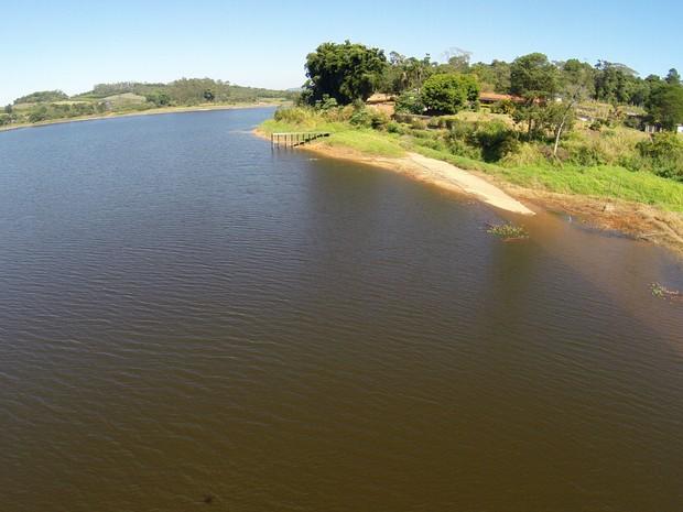 Foto tirada com drone mostra a situação da Represa do Rio Jundiaí, em Taiaçupeba, no dia 14 de agosto de 2015 (Foto: José Antônio de Assis/ arquivo pessoal)
