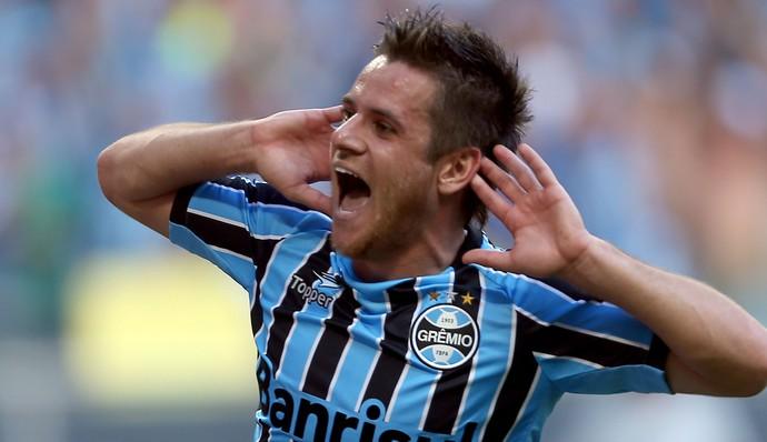 Ramiro marca um dos gols no Gre-nal (Foto: Jefferson Bernardes/ Agência Preview)