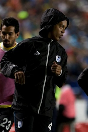 Ronaldinho se aquece no banco do Querétaro (Foto: AP)