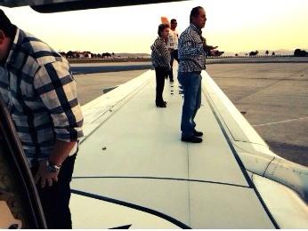 Passageiros que saíram de Cuiabá andaram na asa de avião (Foto: Maysa Leão/ Arquivo pessoal)