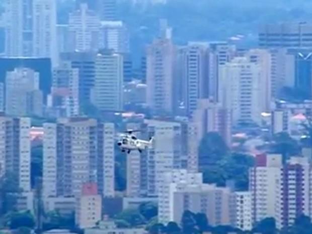 Helicóptero com a presidente Dilma Rousseff sobrevoa São Paulo a caminho do ABC (Foto: Reprodução TV Globo)