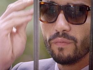 José Pedro age misteriosamente ao ir na casa de Silviano (Foto: TV Globo)