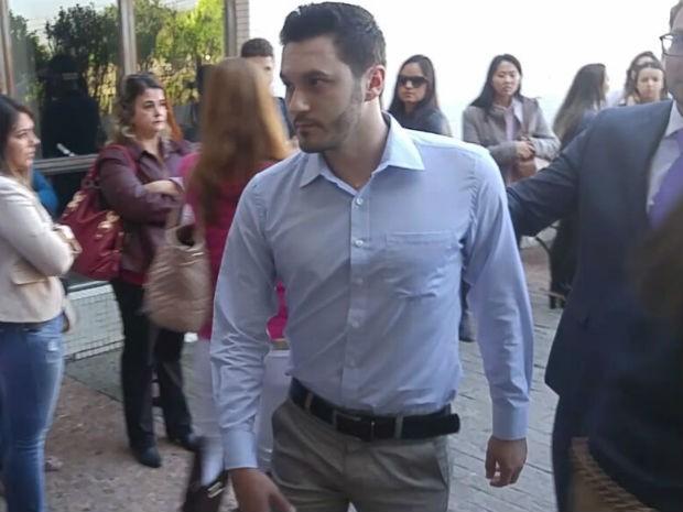 Enrico Dela Deia chegou ao Fórum às 9h10 e não quis falar com a imprensa (Foto: Jomar Bellini/G1)