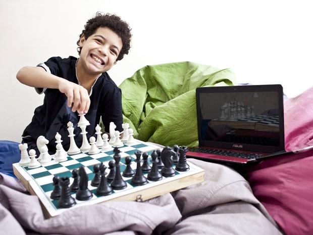 JP, como é conhecido, adora jogar xadrez (Foto: Guilherme Zauith/G1)